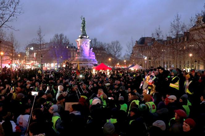 Les« gilets jaunes» occupant le terre-plein central de la place de la République à Paris, le 26 janvier.