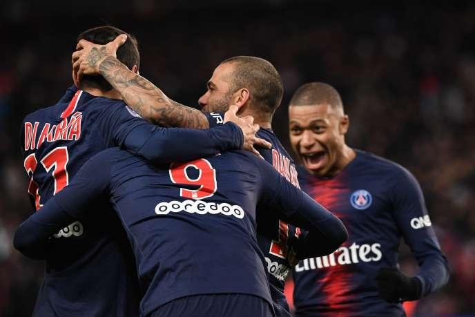 Angel Di Maria célèbre cette victoire avec ses coéquipiers au Parc des Princes, à Paris, le 27 janvier.