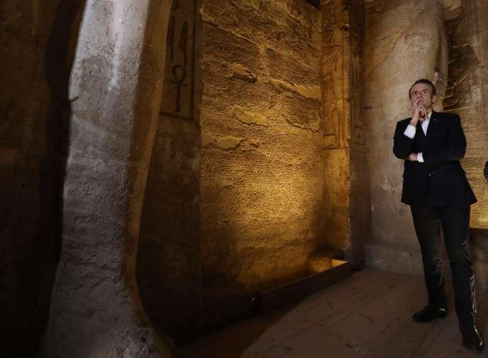 Emmanuel Macron lors de sa visite du temple d'Abou Simbel (Egypte), dimanche 27janvier.