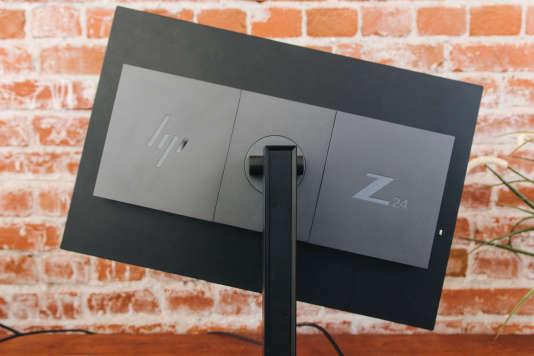 Le pied du HP Z24n G2 offre les mêmes possibilités de réglage que notre favori : l'écran peut s'orienter en mode paysage, s'incliner, pivoter, se réhausser ou se baisser.