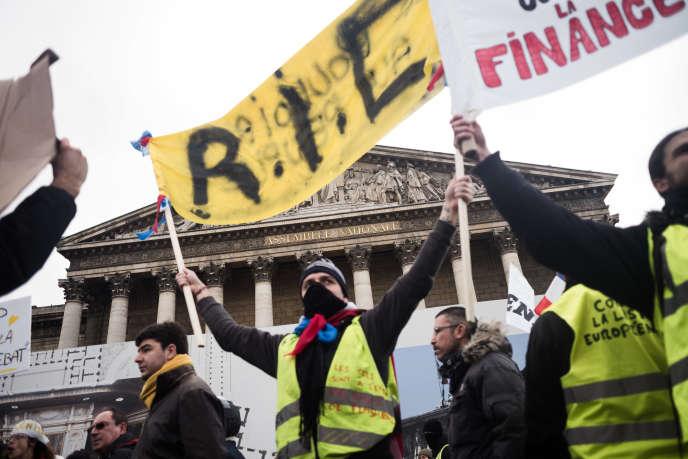 Manifestation des« gilets jaunes» devant l'Assemblée nationale, à Paris, le 26 janvier.