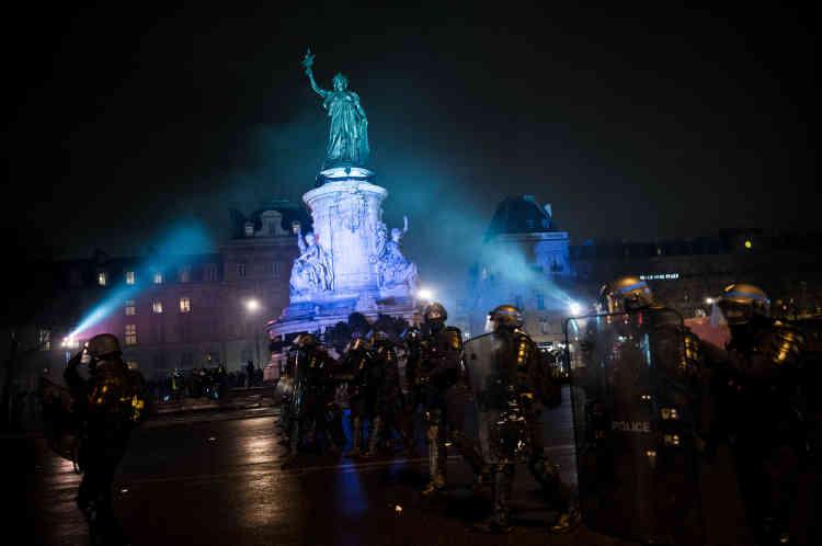 """Vers 19 h, un groupe de policiers d'une compagnie de sécurisation et d'intervention(CSI)repousse de la place de la République ceux des « gilets jaunes« qui voulaient y tenir une» nuit jaune."""""""