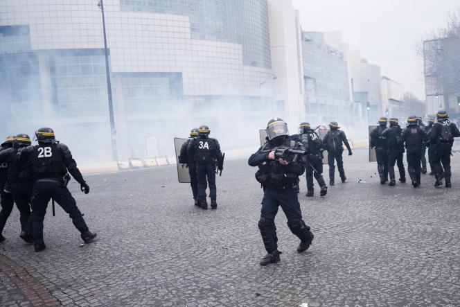 Des CRS équipés de bâtons de défense (tonfas) et de lanceurs multicoups de grenades lacrymogène (au centre), à Paris, le 26 janvier.