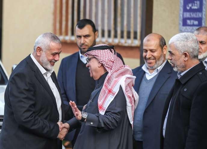 Le chef du bureau politique du Hamas, Ismaïl Haniyeh, et l'ambassadeur du Qatar dans les territoires palestiniens, Mohammed Al-Emadi, à Gaza, le 24 janvier.