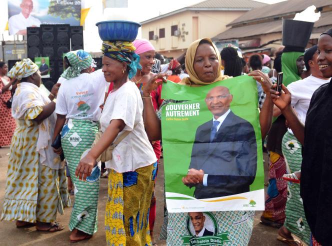 A Conakry, une affiche du leader de l'Union des forces démocratiques de Guinée (UFDG), Cellou Dalein Diallo, brandie lors d'un meeting de campagne à l'occasion des élections municipales de février 2018.
