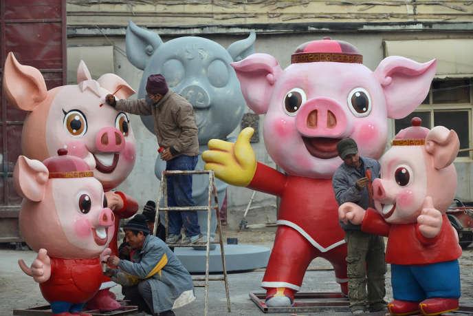 Préparation pour la célébration du Nouvel An chinois 2019 (l'année du cochon), dans le quartier de Chanping à Pékin, le 24 janvier.