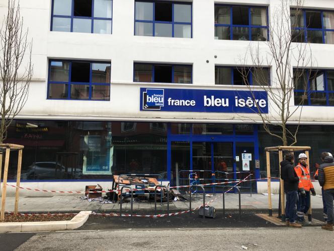 Devant les locaux de France Bleu Isère, à Grenoble, ravagés par un incendie, lundi 28 janvier.