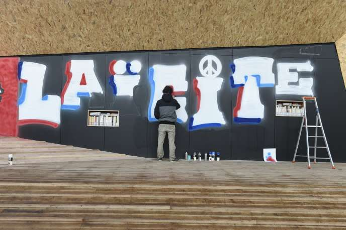 L'inauguration du kiosque de la place de la Laïcité, dans le 15e arrondissement de Paris, en décembre 2015.