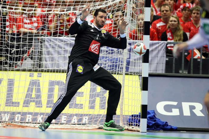 Touché aux ligaments du genou, le gardien français Cyril Dumoulin pourrait être absent de longs mois.