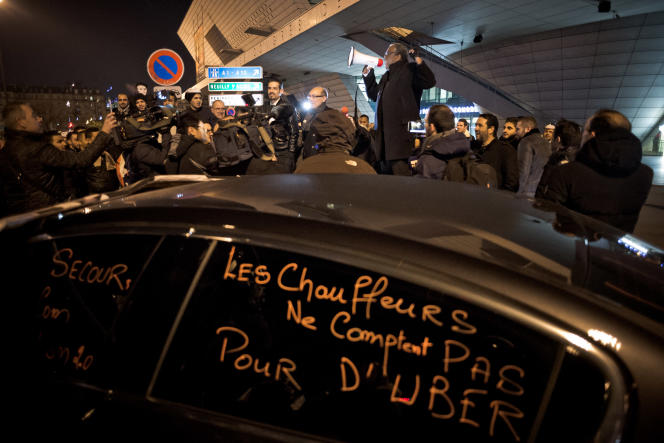 Rassemblement de chauffeurs de VTC à Paris, le 15 décembre 2016, pour protester contre la hausse des commissions imposées par Uber.