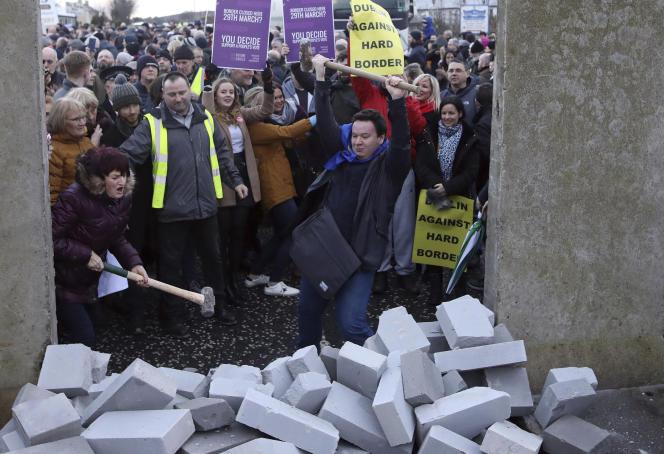 Des manifestants détruisent un mur factice sur la frontière entre l'Irlande du Nord et la République d'Irlande, près de Newri, le 26 janvier 2019.