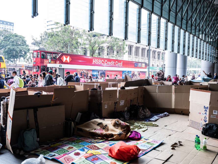Au HSBC Building, Queens Road, Central. Pour s'isoler des passants, les employées de maison philippines ont aménagé des espaces, dénommés« condominium en carton», sur le trottoir.