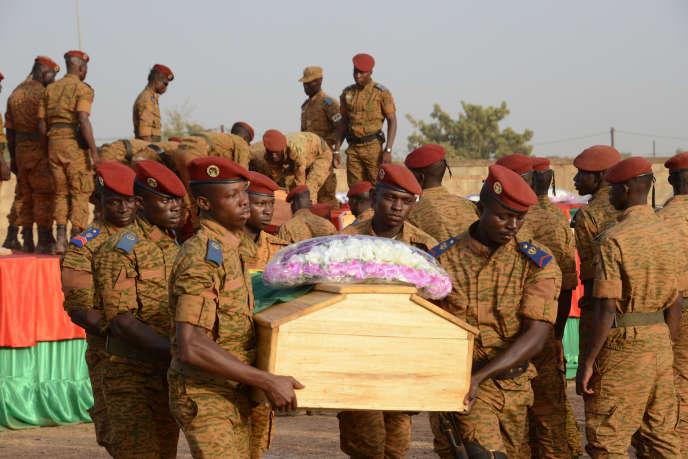 Funérailles des 12 soldats tués à Nassoumbou, dans le nord sahélien du Burkina Faso, en décembre 2016 lors d'une attaque djihadiste.