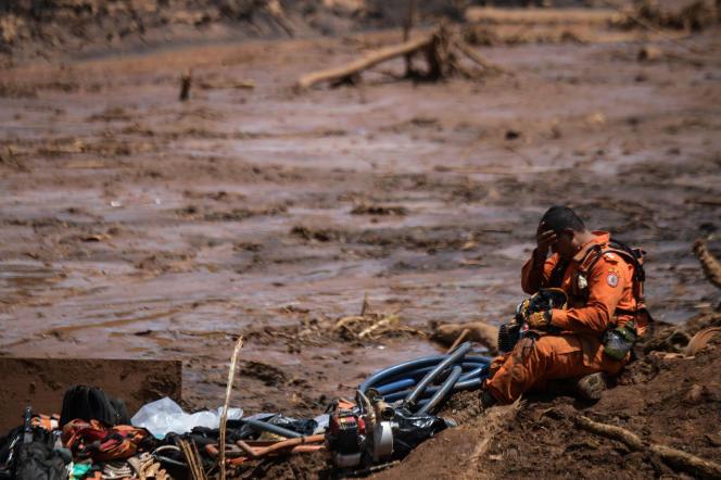 Un sauveteur dans les boues deBrumadinho, lundi 28 janvier.