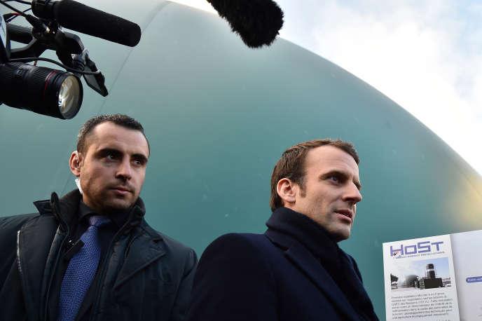 Emmanuel Macron, alors candidat à l'élection présidentielle, devant un méthaniseur de Saint-Lambert-La-Potherie, dans le Maine-et-Loire, le 28 février 2017.