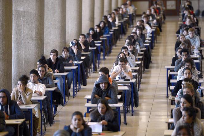 Des étudiants de première année de médecine se préparent à passer l'examen du premier semestre, le 11 décembre 2012, à Marseille (Bouches-du-Rhône).