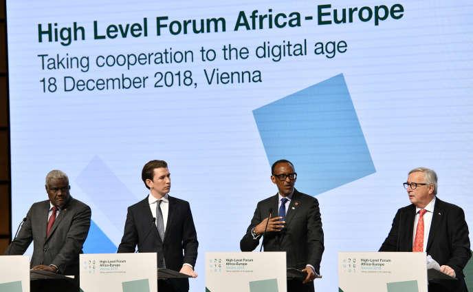 De gauche à droite : le président de la Commission de l'Union africaine Moussa Faki, le chancelier autrichien Sebastian Kurz, le président rwandais Paul Kagame et leprésident de la Commission européenne Jean-Claude Juncker, à Vienne le 18 décembre 2018, lors du Forum Afrique-Europe.