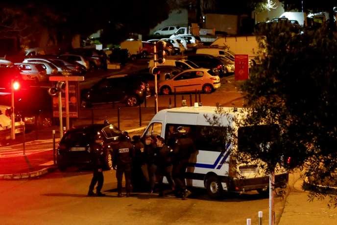 Les policiers déployés devant l'immeuble de Bastia où un homme s'est retranché après avoir tué une personne et blessé cinq autres, le 30 janvier.