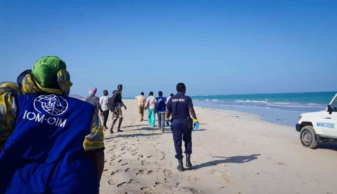 Relief evacuates the bodies of the victims of the sinking of Djibouti, Wednesday, January 30.