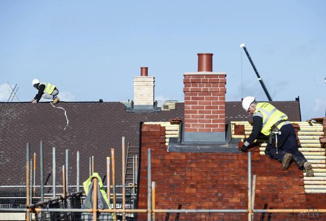 Des ouvriers du BTP, à Aylesbury, en Grande-Bretagne, le 7 février 2017.