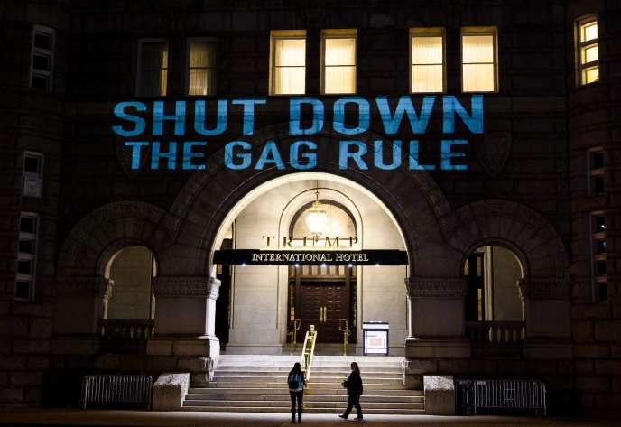 Projection sur la façade de l'hôtel Trump, à Washington, le 23 janvier : les termes «Shutdown » et « The Gag Rule » dénoncent pour l'un la fermeture partielle de l'Etat fédéral, l'autre le rétablissement de la « règle du bâillon » qui met en péril les droits des femmes.