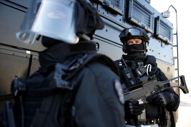 Un officier d'une Brigade de recherche et d'intervention (BRI) tient un fusil d'assaut Heckler and Koch G-36, également mis à disposition des policiers lors d'opérations de maintien de l'ordre.