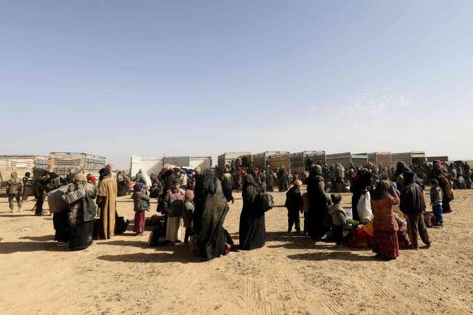 Des civils lors d'un contrôle d'identité,les troupes kurdes syriennes, à Baghouz (Syrie), le 26 janvier.