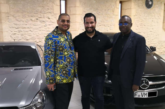 Dans le château du multimillionnaire français Vincent Miclet (dont les initiales figurent sur les plaques d'immatriculation), à Fleurac (Dordogne), en août 2018. Alexandre Benalla (au milieu), Antoine Ghonda (à droite), ancien ambassadeur itinérant du président Joseph Kabila, et Patrick Bologna (à gauche), un homme politique et d'affaires congolais. Tous deux étaient à l'époque très liés au régime du président Kabila.