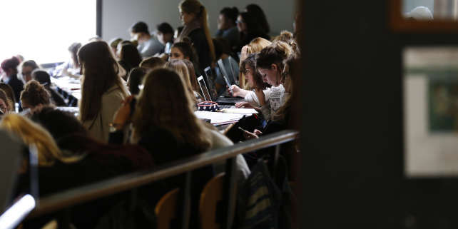 Students work in a lecture theater of the university on October 11, 2017 in Mont-Saint-Aignan, near Rouen, northwestern France. (Photo by CHARLY TRIBALLEAU / AFP)