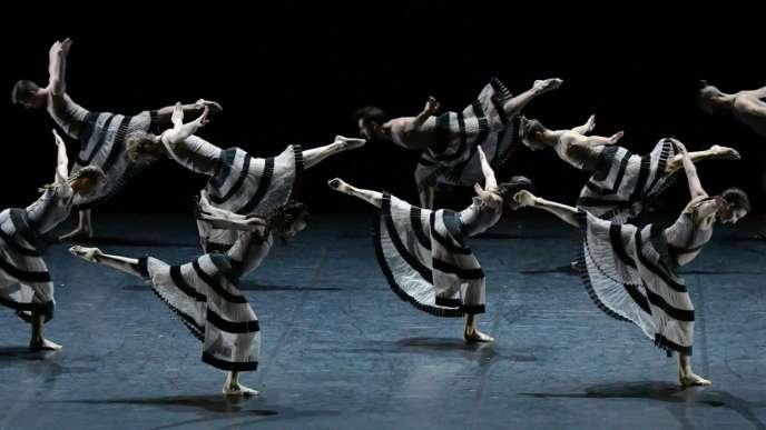 « Gravité», chorégraphie d'Angelin Preljocaj pour quinze interprètes.