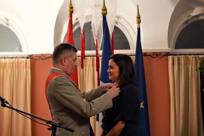 Katalin Novák, secrétaire d'Etat à la jeunesse et à la famille, a été décorée de l'insigne de chevalier de la Légion d'honneur par le général d'armée Benoît Puga, Grand Chancelier de la Légion d'honneur.