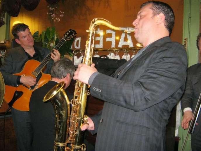 Concert Sancy Snow Jazz , en 2018, au Petit Paris au Mont-Dore. Michel Pastre au saxophone .