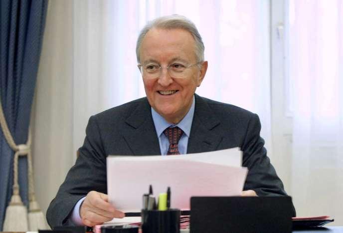 Georges Sarre dans son bureau de la mairie du 11e arrondissement de Paris, le 21 février 2001.