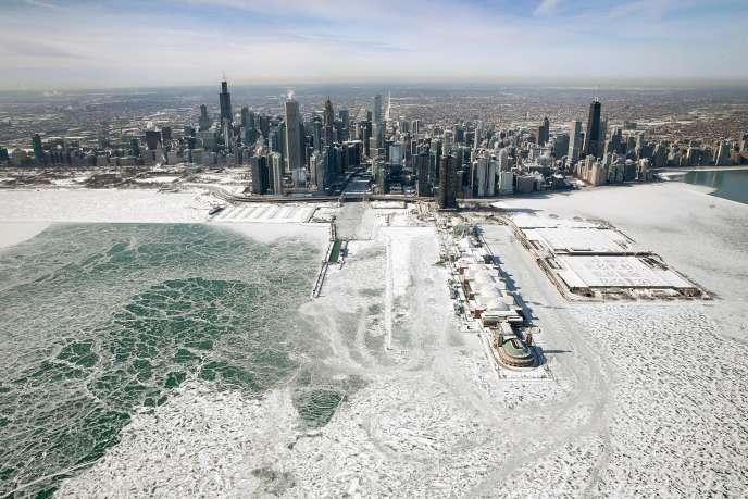 La glace s'accumule le long de la rive du lac Michigan, à Chicago, Illinois, le 31 janvier. La veille, la ville avait connu le second jour le plus froid de son histoire avec – 29 °C.