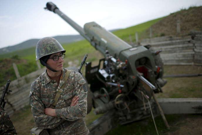 «Vingt-cinq ans après la fin du conflit, la République autodéterminée d'Artsakh n'est toujours pas reconnue par la communauté internationale» (Soldat arménien sur une position de l'artillerie près de la ville de Martouni, dans le Haut-Karabakh, le 7 avril 2016).