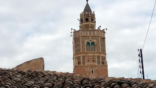 Le minaret de la mosquée de Testour (Tunisie), tour octogonale sur laquelle sont gravées deux étoiles de David.