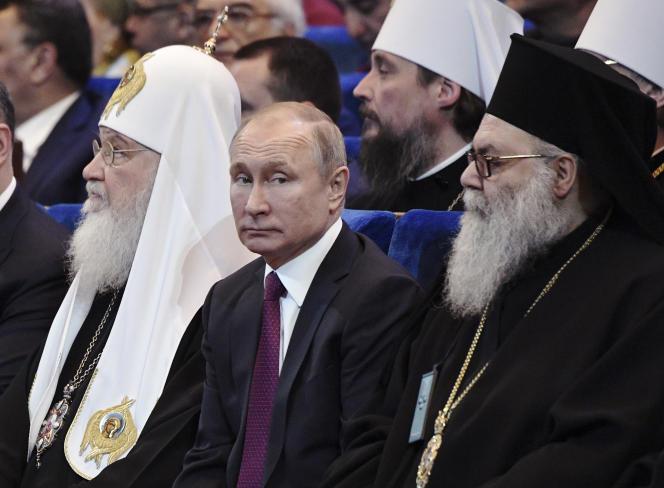 Le président russe, Vladimir Poutine, le patriarche orthodoxe Kiril (à gauche) et le patriarche grec orthodoxe d'Antioche et de tout l'Orient, Jean X (à droite), le 31 janvier 2019, à Moscou.