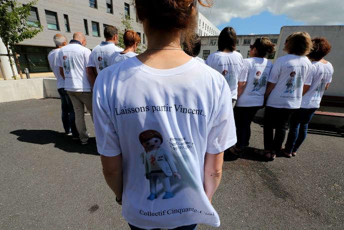 Rassemblement en soutien à une décision de la Cour européenne des droits de l'homme demandant l'arrêt des soins de Vincent Lambert, en juin 2015 devant le CHU de Reims.