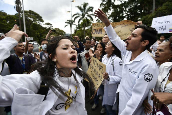 Des étudiants vénézuéliens manifestent contrele président Nicolas Maduro, mercredi 30 janvier, à Caracas.