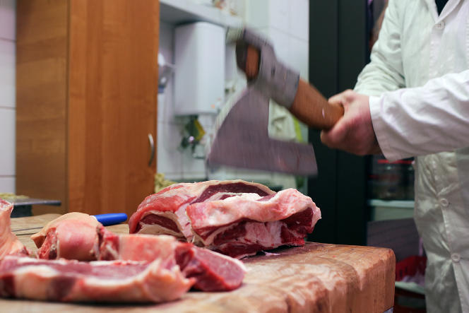 Un boucher coupe une pièce de bœuf sur un marché deGdynia, en Pologne, le31janvier (photo d'illustration).