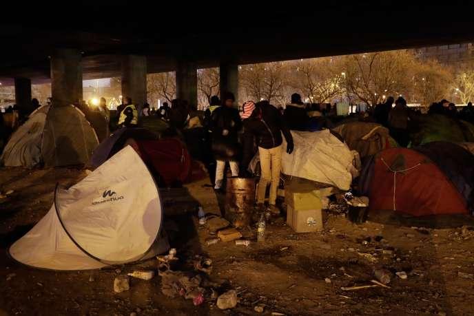 Face à la résurgence des campements dans le nord de Paris, l'Etat a annoncé qu'il comptait intensifier les opérations de ce type, avec 1 200 places mobilisées au total.