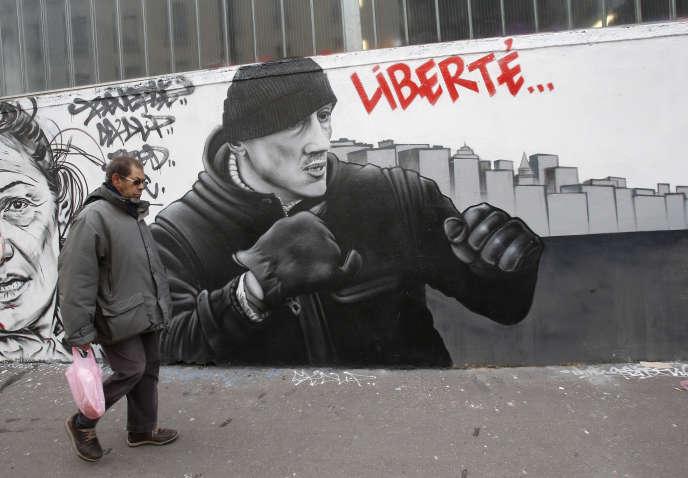 Graffiti représentant Christophe Dettinger, à Paris. L'ex-boxeur avait reçu de nombreux soutiens après son interpellation.