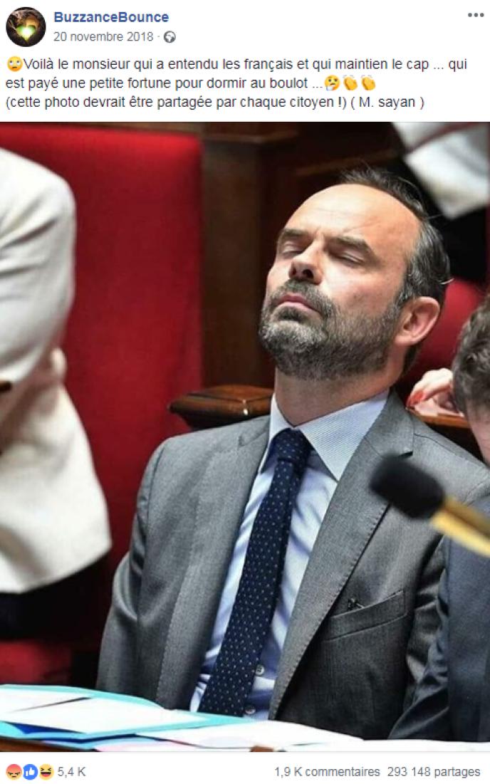 Ce message, partagé près de trois cent mille fois sur Facebook, affirme qu'Edouard Philippe aurait été surpris en train de dormir à l'Assemblée nationale.