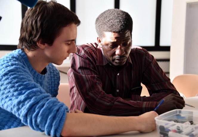 Six mois après son arrivée à Lille, un réfugié soudanais continue d'apprendre le français, aidé par un volontaire d'une association, le 30 janvier 2019.