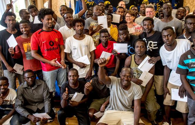 Le 3 août 2018, 41 Soudanais, accueillis à Lille à la mi-juillet, recoivent leur statut officiel de réfugié à l'Hôtel de ville.