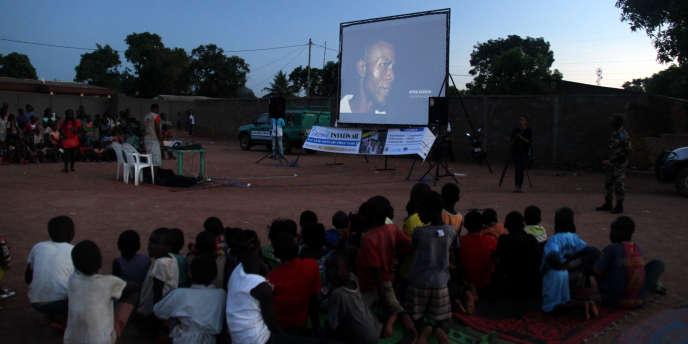 Une projection du Cinéma numérique ambulant (CNA) à Bégoua, en septembre 2018.