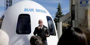 Jeff Bezos en 2017, devant la capsule habitable de son lanceur New Shepard.