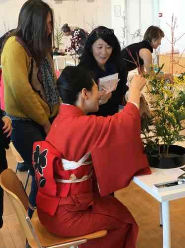 La technique traditionnelle mise en œuvre ici est un assemblage harmonieux de branches de mimosa et de cornouiller piqués sur un« kenzan» (un pique-fleurs) disposé dans un contenant spécial rempli d'eau.