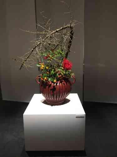 Cette belle composition fleurie est l'œuvre d'Akane Teshigahara. Celle-ci appartient à une famille d'artistes : elle est la fille du cinéaste Hiroshi Teshigahara, qui fut lui-même grand maître de l'école Sogetsu et l'auteur de«La Femme des sables», adaptation d'un roman de Kobo Abe.