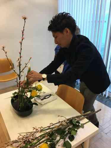 Branche de cerisier dressée à la verticale et roses jaunes raccourcies et inclinées évoquent, là encore, l'énergie du printemps à venir.